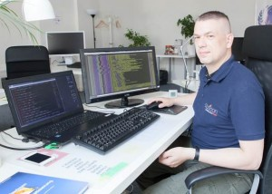 auticon consultant Marko Riegel at his workstation in auticon's Berlin office (Photo: Björn Wiedenroth/auticon)